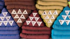 Stapel van Thaise stijl driehoekige hoofdkussens stock afbeeldingen