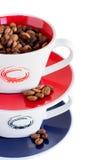Stapel van twee kleurrijke koppen met koffiebonen Stock Afbeeldingen