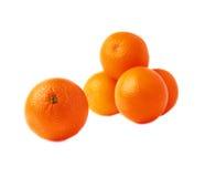 Stapel van veelvoudige rijpe die sinaasappelen, over wordt geïsoleerd Royalty-vrije Stock Foto