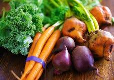 Stapel van veggies met wortelen, bieten en boerenkool stock afbeeldingen