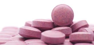 Stapel van vele kleine rode pillen, groep vitaminen Rode pillen op a Stock Foto's