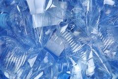 Stapel van verfrommelde plastic flessen als achtergrond, close-up stock afbeeldingen