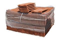 Stapel van verpakte dakwerktegels. stock foto's