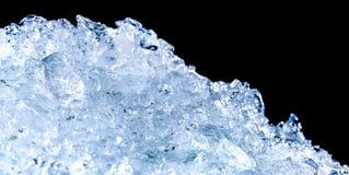Stapel van verpletterde ijsblokjes op donkere achtergrond met exemplaarruimte Verpletterde ijsblokjesvoorgrond voor dranken Royalty-vrije Stock Afbeeldingen