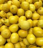 Stapel van verse citroenen bij markt royalty-vrije stock afbeeldingen