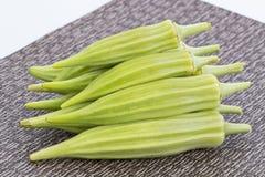 Stapel van Verse groene okra op mat Stock Fotografie