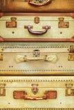 Stapel van vier antiquiteit doorstane koffers stock afbeelding
