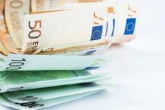 Stapel van vijftig euro en honderd euro bankbiljetten op wh Royalty-vrije Stock Foto