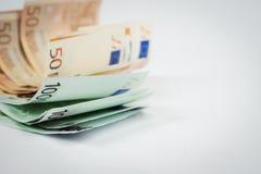 Stapel van vijftig euro en honderd euro bankbiljetten op wh Royalty-vrije Stock Afbeeldingen