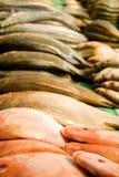 Stapel van visvlees op de traditionele markt Stock Foto's