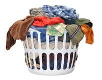 Stapel van vuile wasserij in een wasmand op een witte achtergrond Royalty-vrije Stock Foto's