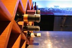 Stapel van wijn bij staaf Stock Foto