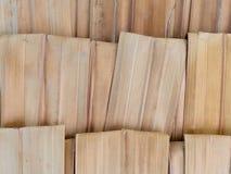 Stapel van wit en bruin gevouwen droog die suikerpalmblad voor het maken van muur of dak van schuilplaats wordt gebruikt Stock Foto