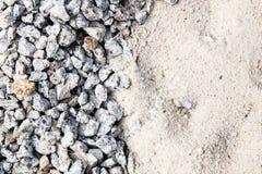 Stapel van wit zand en kleine die grintsteen als bouwmateriaal wordt gebruikt royalty-vrije stock afbeeldingen