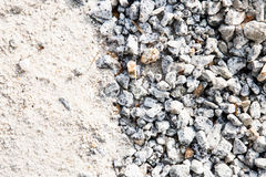 Stapel van wit zand en kleine die grintsteen als bouwmateriaal wordt gebruikt stock foto's
