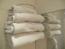 Stapel van witte handdoeken in hotelbadkamers royalty-vrije stock foto's