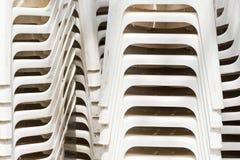 Stapel van witte plastic ligstoelen Stock Foto