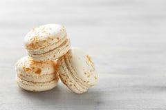 Stapel van witte praline macarons op grijze achtergrond royalty-vrije stock foto's
