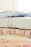 Stapel van zacht-gekleurde kleren Stock Foto