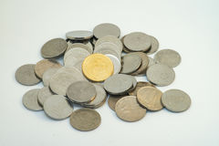 Stapel van zilveren en gouden kleur van Maleise muntstukken Stock Foto's