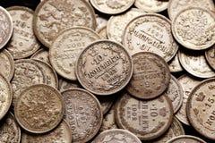 Stapel van zilveren keizer Russische muntstukken Stock Afbeeldingen
