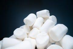 Stapel van zoete en zachte heemst Yummy witte snoepjes op donkere achtergrond, snel voedsel stock foto