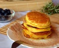 Stapel van zoete pannekoeken met verse bosbessen en kaneelsuiker op een plaat Stock Foto