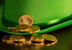 Stapel van zuivere gouden muntstukken binnen groene hoedenst Patricks Dag Stock Afbeelding