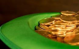 Stapel van zuivere gouden muntstukken binnen groene hoedenst Patricks Dag Royalty-vrije Stock Foto's