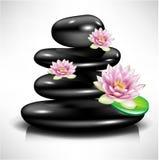 Stapel van zwarte massagestenen en lotusbloembloemen Royalty-vrije Stock Afbeelding