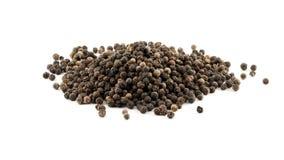 Stapel van zwarte peperbollen die op wit roteren - de zwarte peperbollen worden gebruikt als kruiden in de keuken stock videobeelden