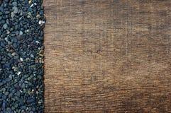 Stapel van zwarte stenen op oude houten achtergrond Royalty-vrije Stock Foto's