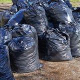 Stapel van zwarte vuilniszakken Stock Fotografie