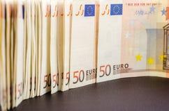 Stapel vele 50 euro bankbiljetten royalty-vrije stock afbeeldingen