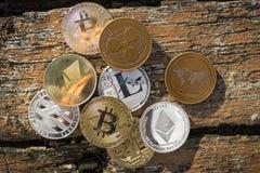 Stapel vele glanzende crypto muntstukken op daglicht in aard op houten lijstachtergrond Zilveren en gouden muntstukken van crypto Royalty-vrije Stock Foto