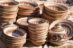 Stapel verfraaide met de hand gemaakte ceramische waren bij Ha Stock Afbeeldingen