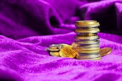 Stapel verschiedene europäische Münzen auf purpurrotem Samthintergrund Abschluss oben stockfoto