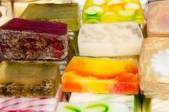 Stapel verschiedene natürliche handgemachte Seifen Lizenzfreie Stockfotos