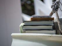 Stapel verschiedene Stücke Medien einschließlich Bücher und DVDs stockbild