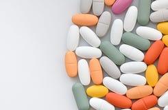 Stapel verschillende die pillen op wit worden geïsoleerd royalty-vrije stock afbeelding