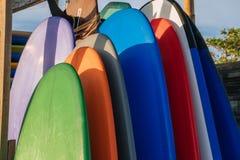 Stapel verschillende raad van de kleurenbranding in een stapel door oceaan bali indonesië Brandingsraad op zandig strand voor huu stock afbeelding
