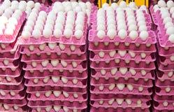 Stapel Verse Organische Eieren bij een Straatmarkt Stock Afbeelding
