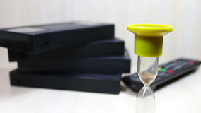 Stapel Videoband VHSs Kassette und sandglass stock footage