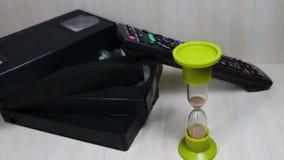 Stapel Videoband VHSs Kassette und sandglass stock video footage