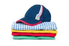 Stapel vieler farbigen Kleidung Stockbild