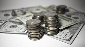 Stapel Viertel auf Papiergeld stockbild