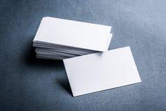 Stapel Visitenkarten des leeren Papiers auf grauem Hintergrund Stockfotos