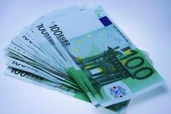 Stapel von 100 Eurorechnungen Stockbild