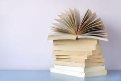 Stapel von alte Bücher agaisnt eine Wand Lizenzfreie Stockfotos