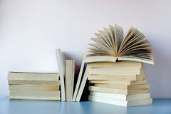 Stapel von alte Bücher agaisnt eine Wand Lizenzfreie Stockfotografie